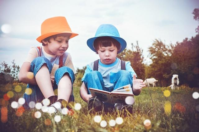 読書する兄弟