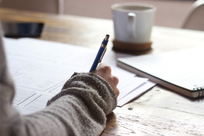 文字を書く女性